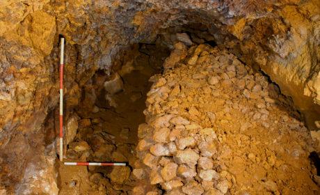 Muretto a secco realizzato da minatori di età post-medievale in una condotta ricolma di idrossidi ferrosi.