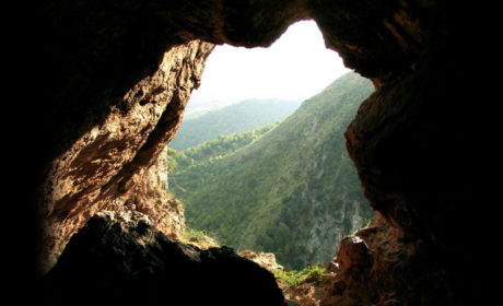 L'ampio ingresso di Grotta della Monaca visto dall'interno.