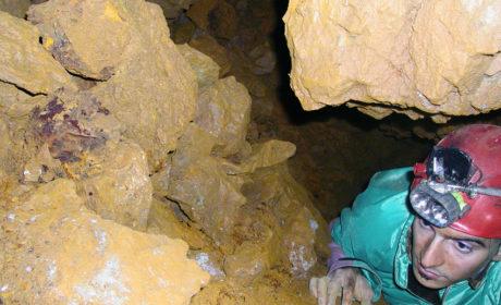 Detriti minerari accumulati lungo le pareti di uno stretto passaggio all'interno dei settori minerari eneolitici.