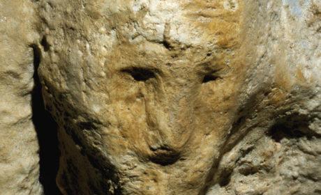 """Dettaglio del volto della cosiddetta """"Monaca"""", la concrezione che conferisce il nome alla cavità."""